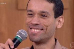 Sem receber, professor se emociona ao ganhar R$ 400 de alunos