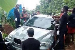 Homem usa BMW no lugar de caixão para enterrar o pai