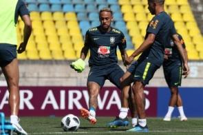Após susto com Neymar, Brasil treina completo antes de embarque para São Petersburgo