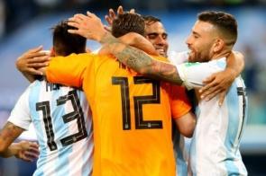 Argentina marca no fim, passa para as oitavas e encara a França
