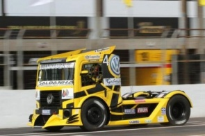 Felipe Giaffone domina treinos e vai largar na frente na Copa Truck