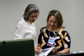 Juíza de MS entrega cartilha em Guarani e Terena para ministra Cármen Lúcia