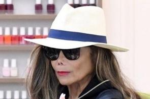 Irmã de Michael Jackson é vista em salão e semelhança com o rei do pop impressiona