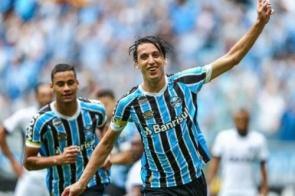 Grêmio sofre, vira sobre Ceará e cola nos líderes do Brasileirão