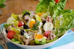 Aprenda a fazer essa salada niçoise com basicamente dez ingrendientes