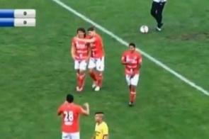 Vídeo: No Peru, jogador marca com as 'partes íntimas' e comemora com muita dor