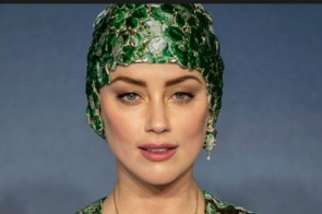 Amber Heard usou uma touca de natação no tapete vermelho e foi glorioso