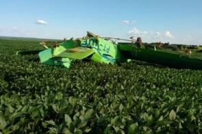 Avião agrícola cai em lavoura e fica destruído; piloto ficou ferido