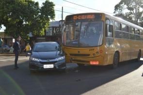 Mulher invade preferencial e bate em ônibus no centro de Dourados
