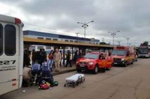 Ônibus passa por cima de braço de passageira dentro do terminal Morenão