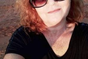Mulher morre após animal ser jogado contra veículo