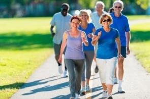Praticar caminhada na terceira idade ajuda o idoso a viver com mais saúde