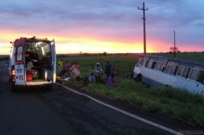 Ônibus cai em ribanceira e deixa oito trabalhadores feridos em MS