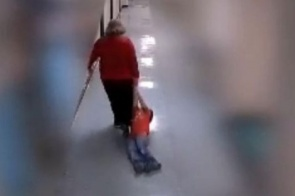 Professora arrasta aluno com autismo por corredor de escola e é demitida