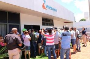 Moradores de Dourados reclamam na Energisa e concessionária 'culpa' usuários