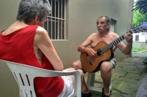 Alzheimer: O músico que faz serenata todos os dias para esposa diagnosticada com a doença