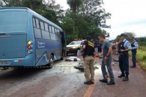 Homem morre após colidir contra ônibus e moto pegar fogo