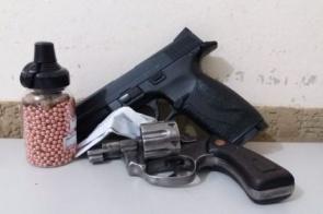 Homem é flagrado com '32' e pistola de ar comprimido dentro de carro
