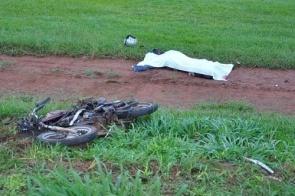 Motociclista morre ao ser atropelado por carreta que invadiu pista