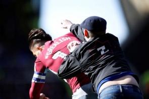 Torcedor invade o campo e dá soco em craque do rival – troco veio na bola