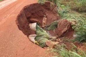 """Chuvas: Erosão """"engole"""" parte de rodovia em Maracaju"""