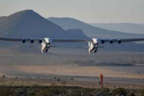 Maior avião do mundo decola na Califórnia; tamanho é maior que campo de futebol