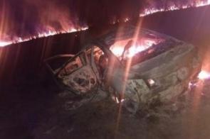 Veículo pega fogo após batida que deixou 5 pessoas feridas na BR-262