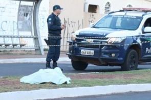 Homem é assassinado com três tiros na cabeça em canteiro de avenida