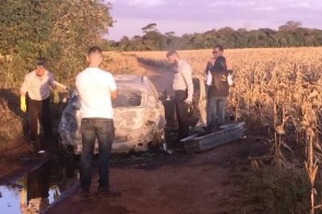 Carro é encontrado incendiado com corpo dentro