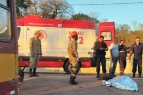 Jovem morre após colidir moto na traseira de ônibus na BR-262