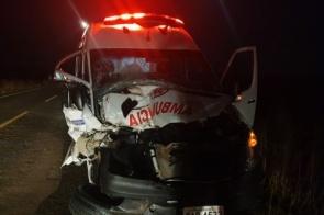 Acidente entre ambulância e trator deixa jovem morto