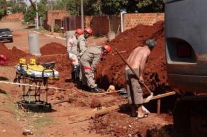 Trabalhador fica soterrado após desmoronamento de terra