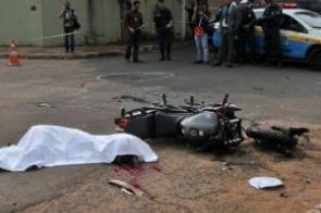 Motociclista morre após avançar via preferencial