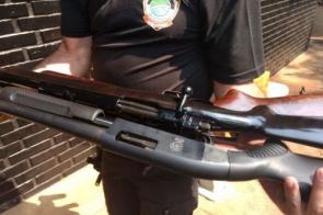 Dois são presos na Vila Industrial em negociação de fuzil e outras armas
