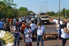 Protesto por transporte escolar continua com 48 horas de bloqueio da MS-156