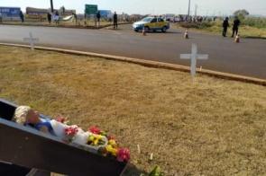 Manifestantes usam caixão, cruz e velas para protestar contra as mortes no trânsito de Dourados