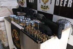 Homem é preso com maconha, arma e adaptador para pistola