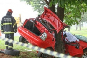 Casal morre em acidente minutos após deixar filho na escola