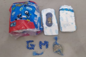Casal é preso escondendo droga em falda de criança de 7 meses