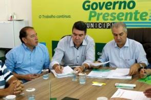 Gerson Claro anuncia que asfalto do frigorífico Balbinos em Sidrolândia vai sair do papel