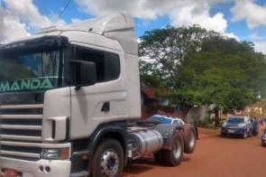 Bandidos invadem mecânica e furtam van e carreta