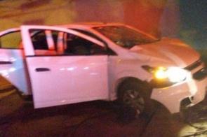 Adolescentes assaltam motorista de aplicativo e batem carro em muro durante fuga