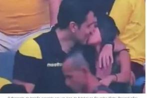 """""""Câmera do beijo"""" flagra homem traindo a esposa durante jogo de futebol"""