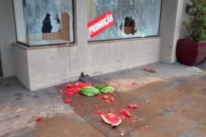 Ladrões furtam melancia para quebrar vitrine de loja e praticar novo crime