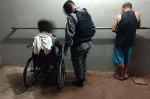 PM prende cadeirante e comparsa por tráfico de drogas próximo ao Ginásio Municipal