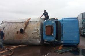 Caminhão pipa tomba na BR-463 próximo à obra do Hospital Regional