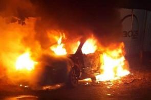 Veículo fica destruído pelas chamas na madrugada desta segunda-feira em Itaporã