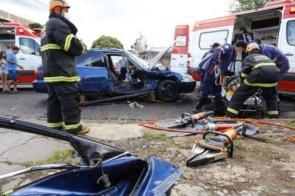 Acidente entre veículo e caminhonete deixa mulher em estado grave