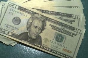Dólar tem maior alta em 4 meses e bate R$ 4,58, maior valor da história
