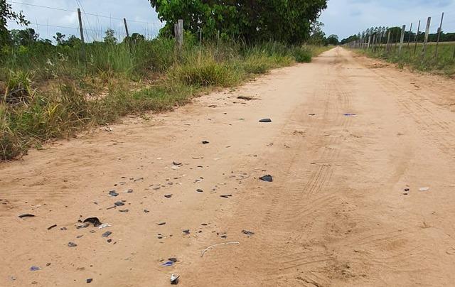 Pedaços da motocicleta ficaram espalhadas pela estrada - Crédito: Rádio Caçula
